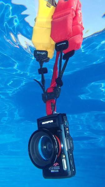 Schwimmschlaufe - Olympus CHS-09 im Pool