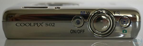 Oberseite der Nikon S02 mit Powerbutton - Auslöser mitsamt Zoomrad - Playtaste