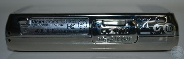 Unterseite mitsamt der Anschlussklappe für HDMI und USB Anschluss