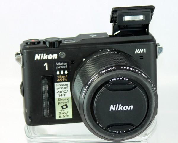 Nikon 1 AW1 - Front Ansicht mit Blitz - smartcamnews.eu