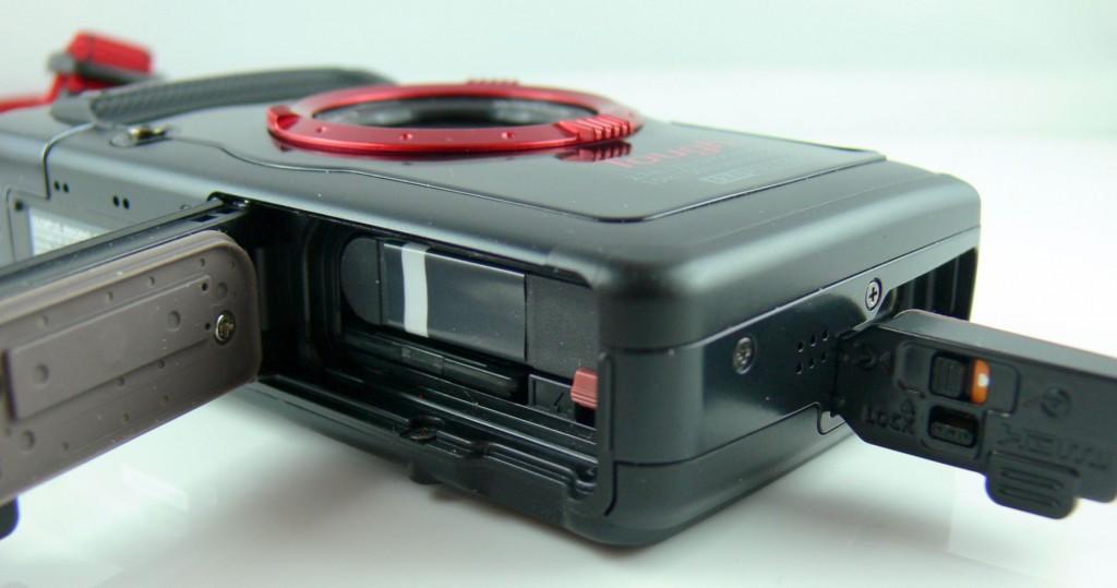 olympus-tg-2-outdoor-kamera-akku-und-anschluesse
